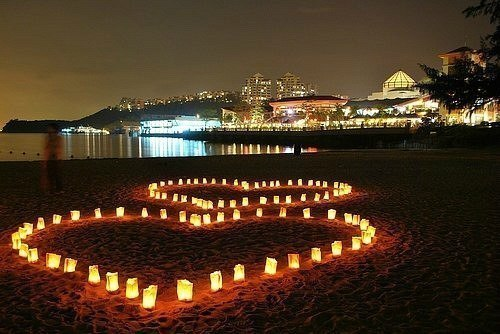 Сердца из свечей на пляже